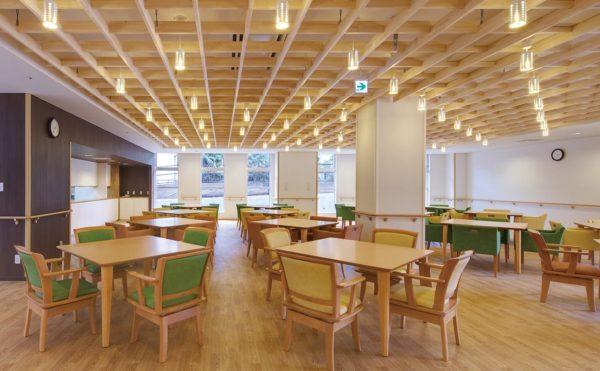 明るく広々とした食堂