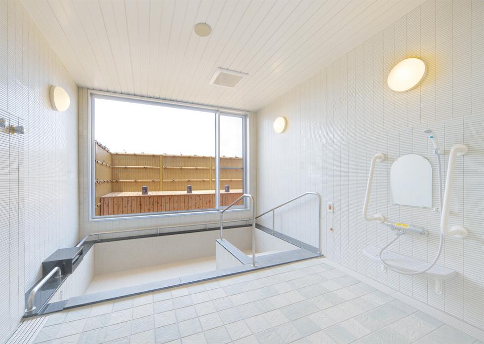 露天風呂のような開放感のある大浴場
