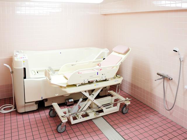 寝たきりの方でも安心してご入浴できる特浴室を設けております。
