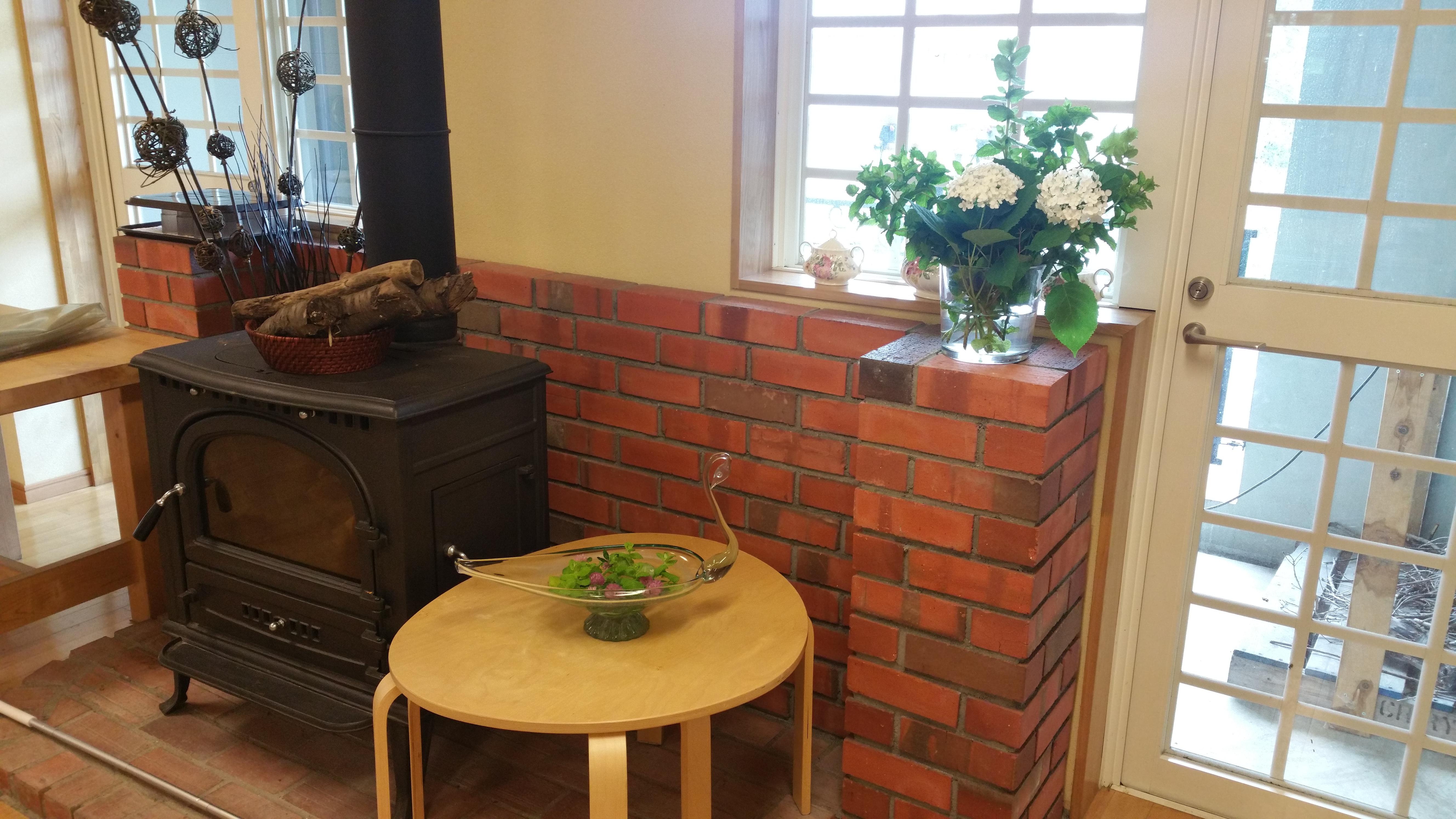 皆さまが集まるリビングには暖炉や、共用のテラスもあります。