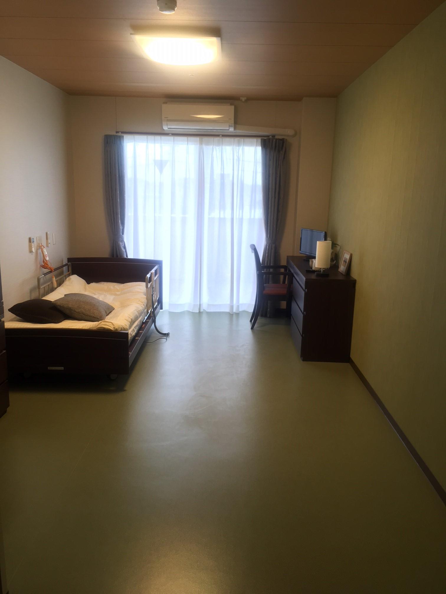 各部屋、ベッドと備え付け家具有り。