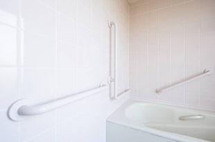 たくさんの手すりを備えているので、安全にご入浴いただけます。補助椅子なども置ける、ゆったりサイズの浴室です。