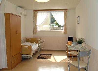 ベット・カーテン・照明・エアコン・洗面付きの清潔感のある明るいお部屋です