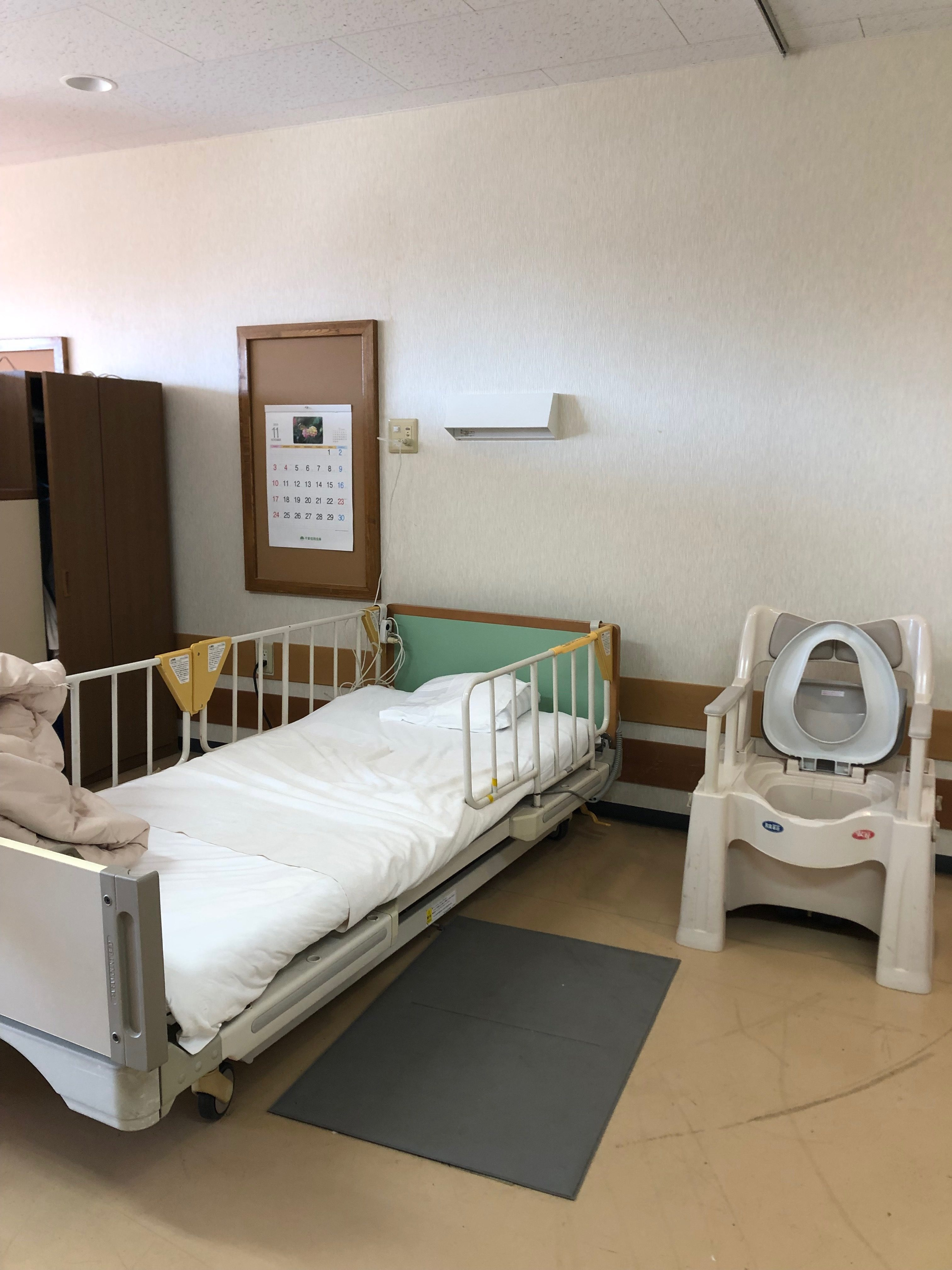 多床室は4人部屋です。夜間トイレが心配な方はポータブルトイレを置くことも可能です。